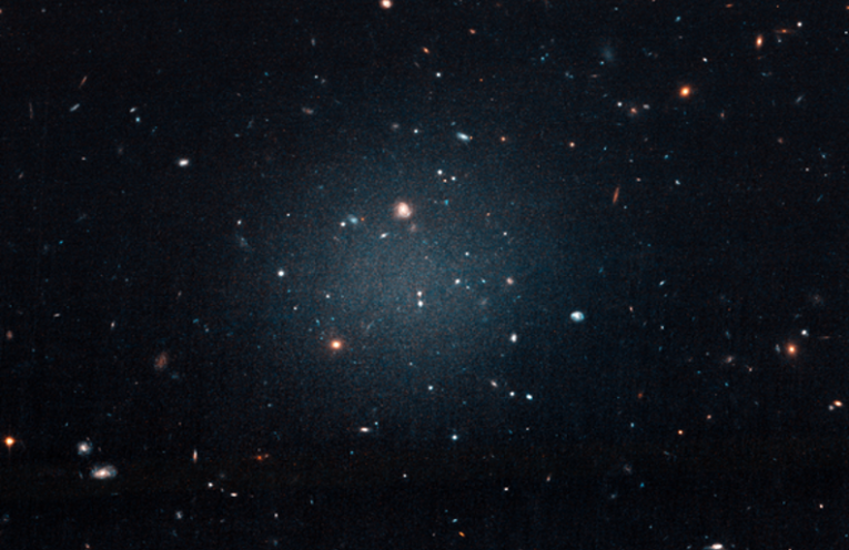The bizarre galaxy NGC 1052-DF2, a diffuse collection of stars, gas and dust that is apparently devoid of dark matter.