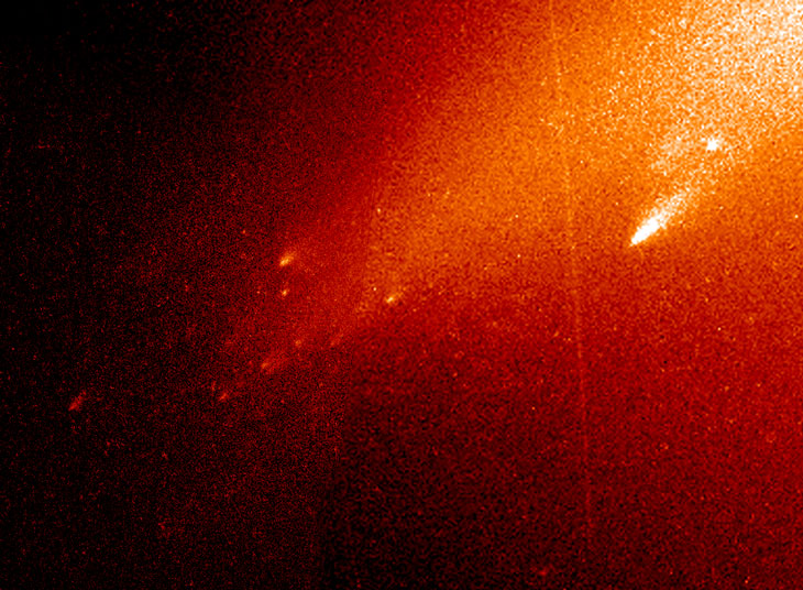 SKY SKELETON Maybe 'Oumuamua was a comet that was destroyed as it approached the sun, like this image of comet LINEAR shattering into mini-comets in 2000. If that's the case, only the skeleton of the original comet was left by the time astronomers spotted 'Oumuamua.